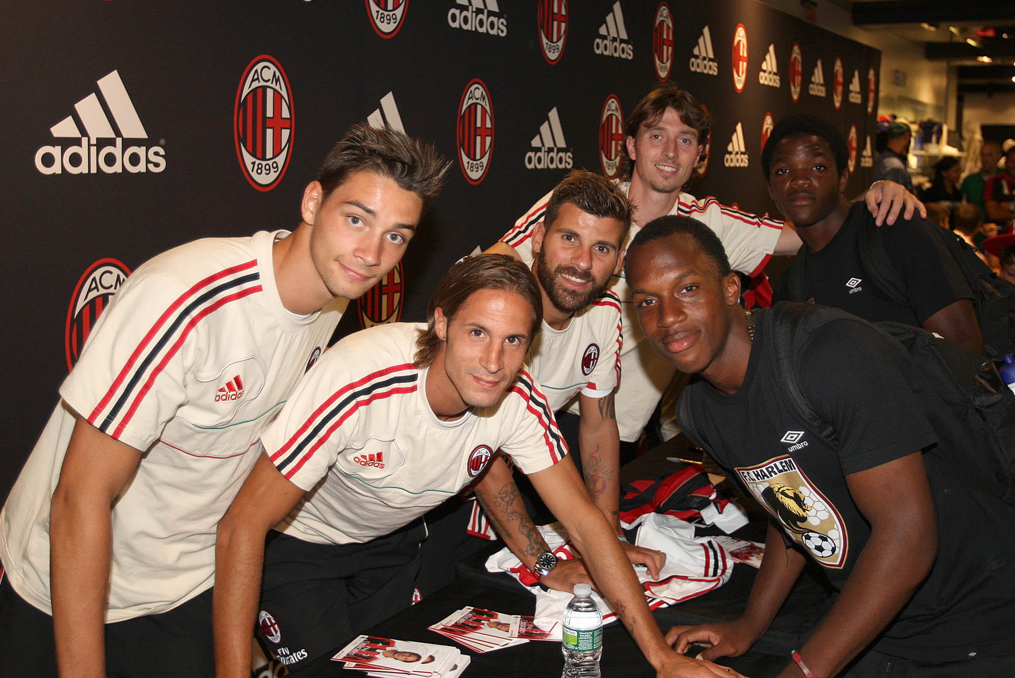 Harlem and Milan. With the handshake between Massimo Ambrosini and Irv Smalls, Executive Director   of the youth football project in Harlem, the Rossoneri donated 600 footballs to FC Harlem.